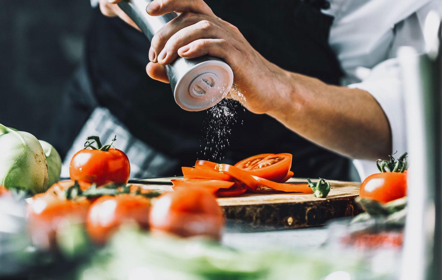 salting tomatos